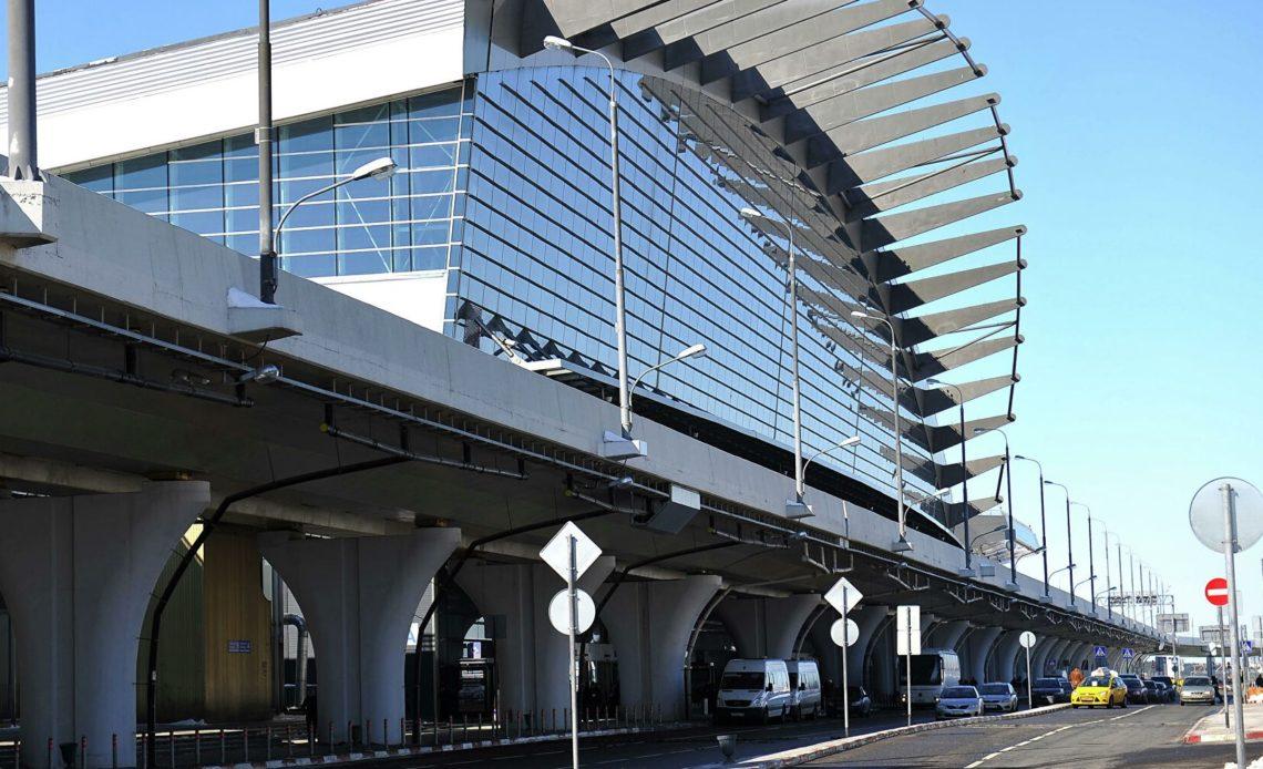 Под крышу московского аэропорта залез мужчина