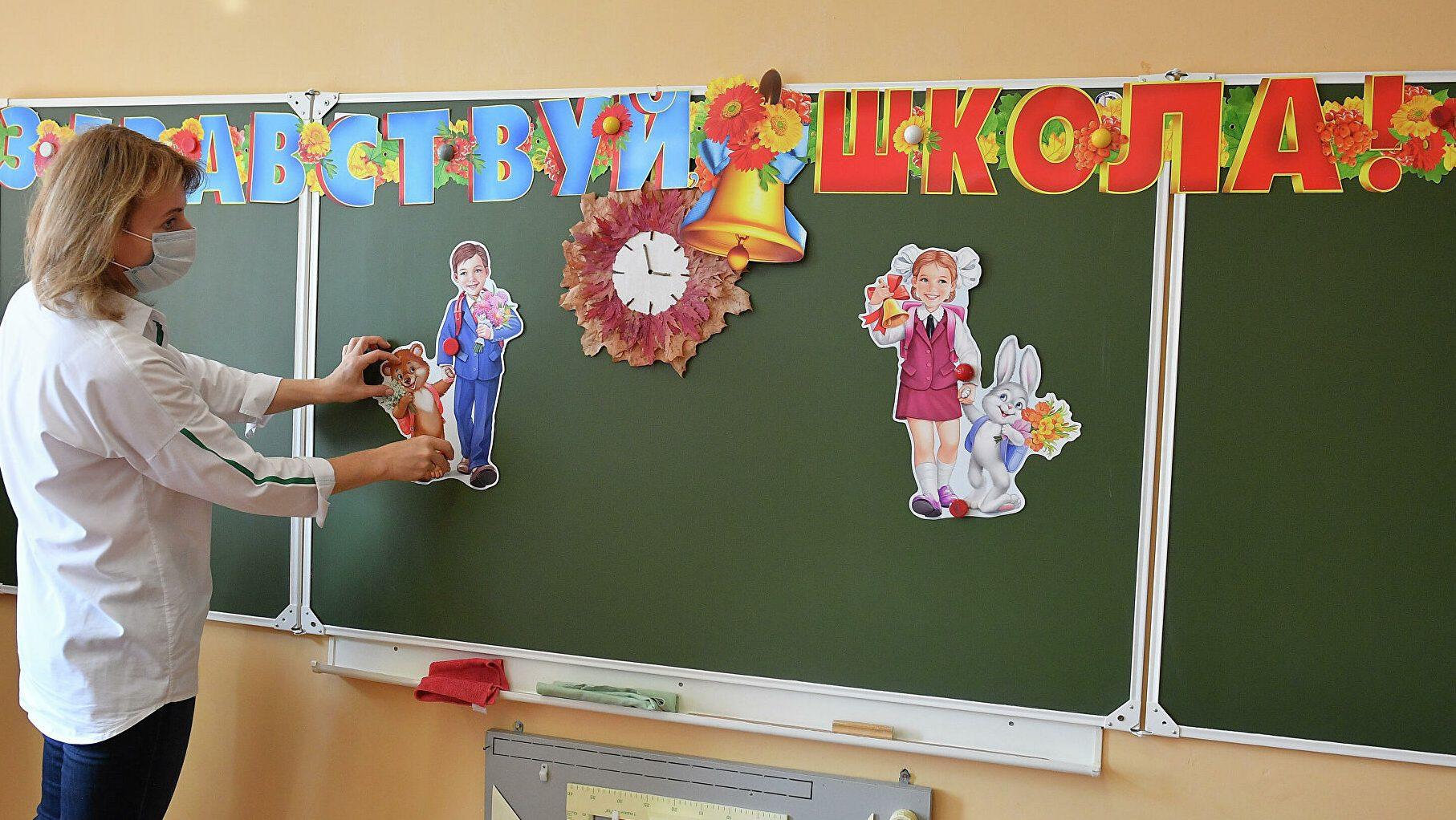 На линейке в школе Хабаровска педагог исполнила танец живота