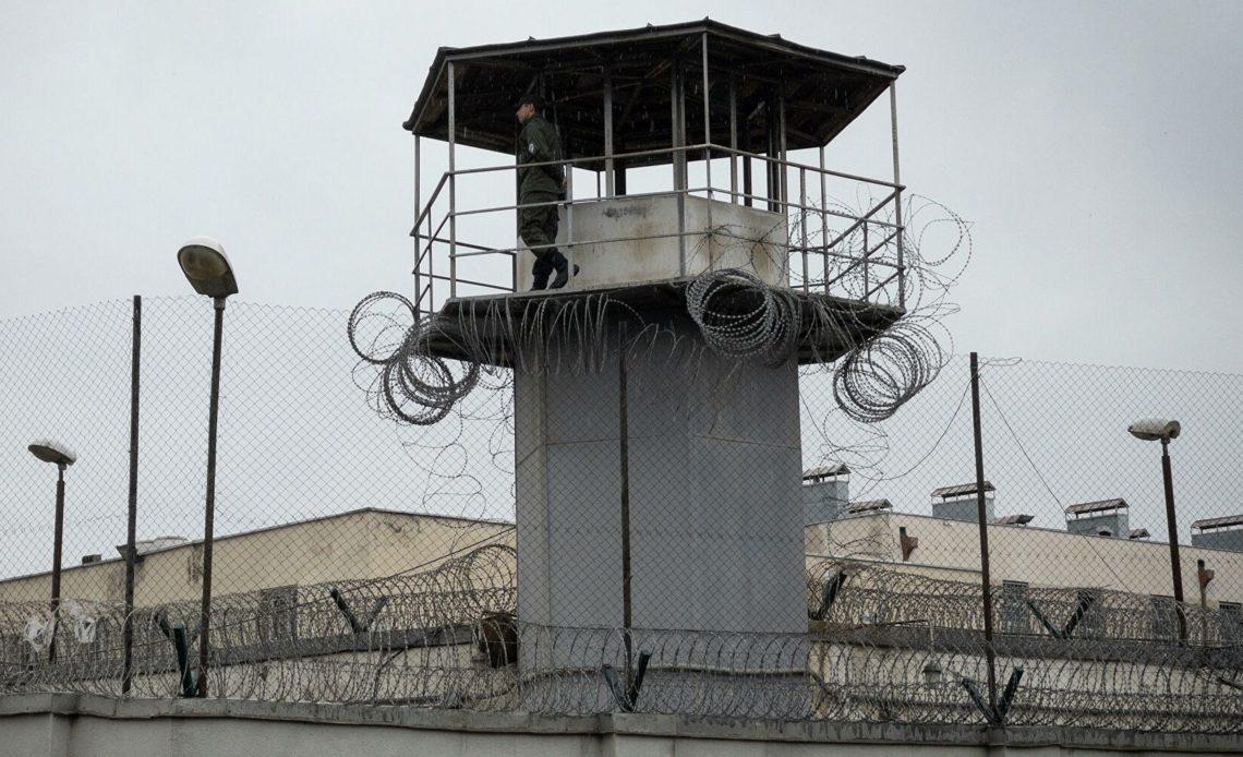 Сторонники Саакашвили собираются возле тюрьмы в Рустави
