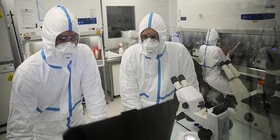 """Совместные исследования вакцин """"Спутник"""" и Pfizer. Главное о коронавирусе за 13 октября"""